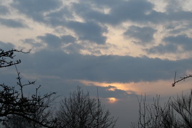 Veel wolken, koeler en ook enkele buien