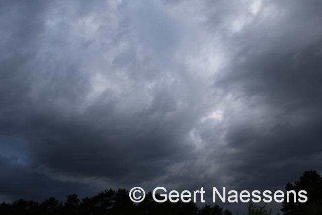 Veel wolken, wat regen of een bui