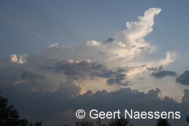 Minder warm, meer wolken, maar nog altijd verspreide buien doorheen de dag