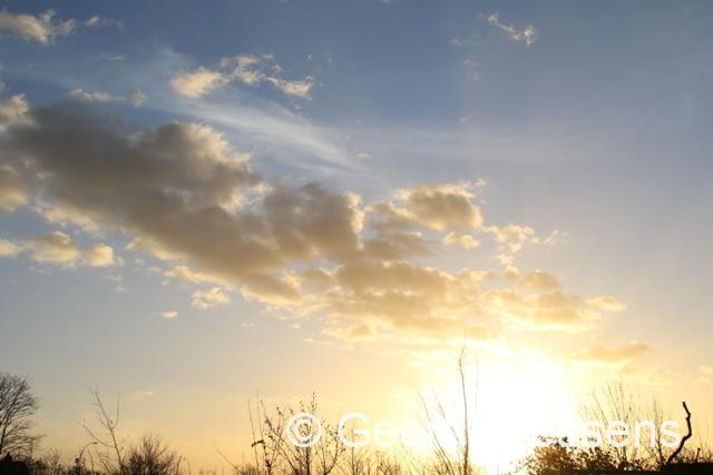 Zonnige perioden, wolkenvelden en enkele verspreide buien