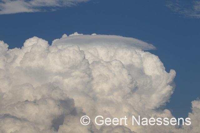 Veel wolken, drupje regen, later vandaag opklarend